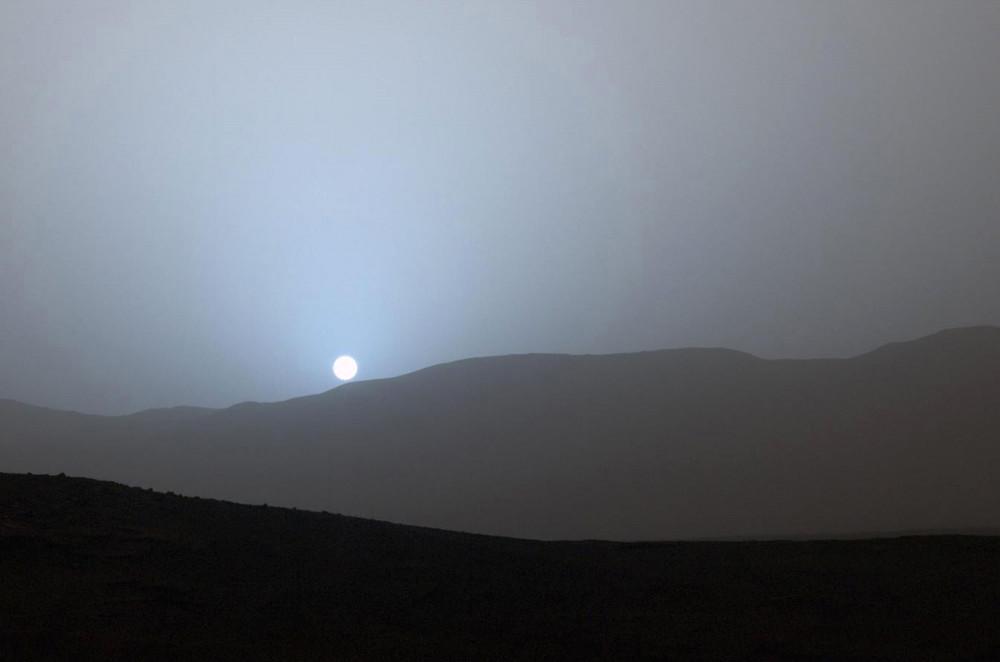 მზის ჩასვლა მარსზე მდებარე კრატერის იღმა